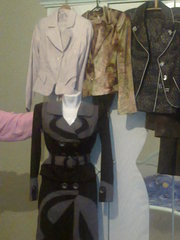 Женская одежда: костюмы,  пиджаки,  брюки,  джинсы,  капри.