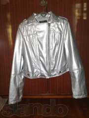 Легкая куртка серебристого цвета.